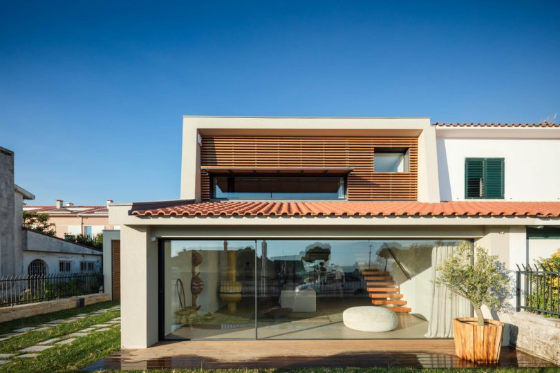 a-neglected-1950s-beach-house-in-portugal-undergoes-a-major-renovation