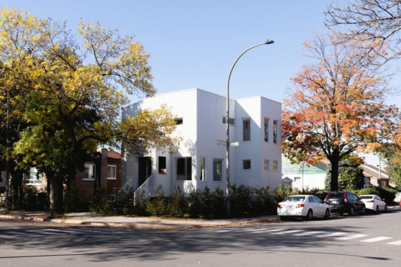 an-eclectic-white-house-in-montreal-extends-its-verticality